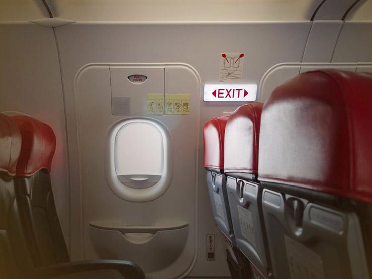 چه افرادی مجاز به نشستن در صندلیهای کنار در اضطراری هواپیما نیستند؟